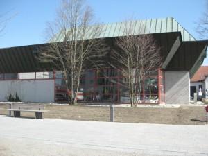 Die Westfassade des Hallenbads